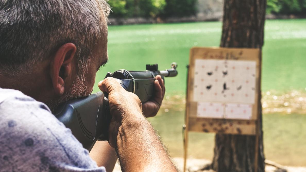 mand med luftgevær