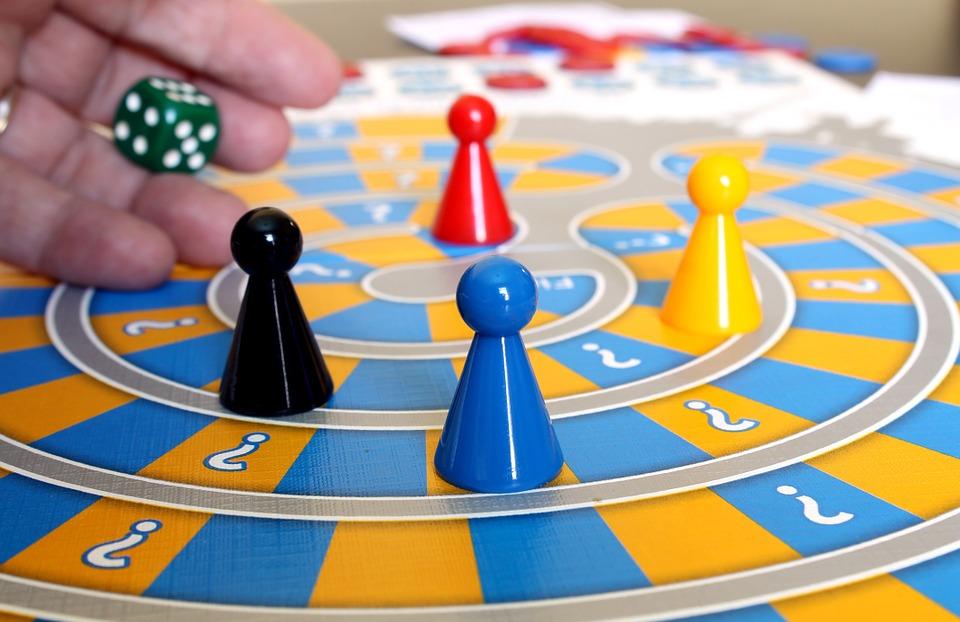 Brætspil med brikker og terning