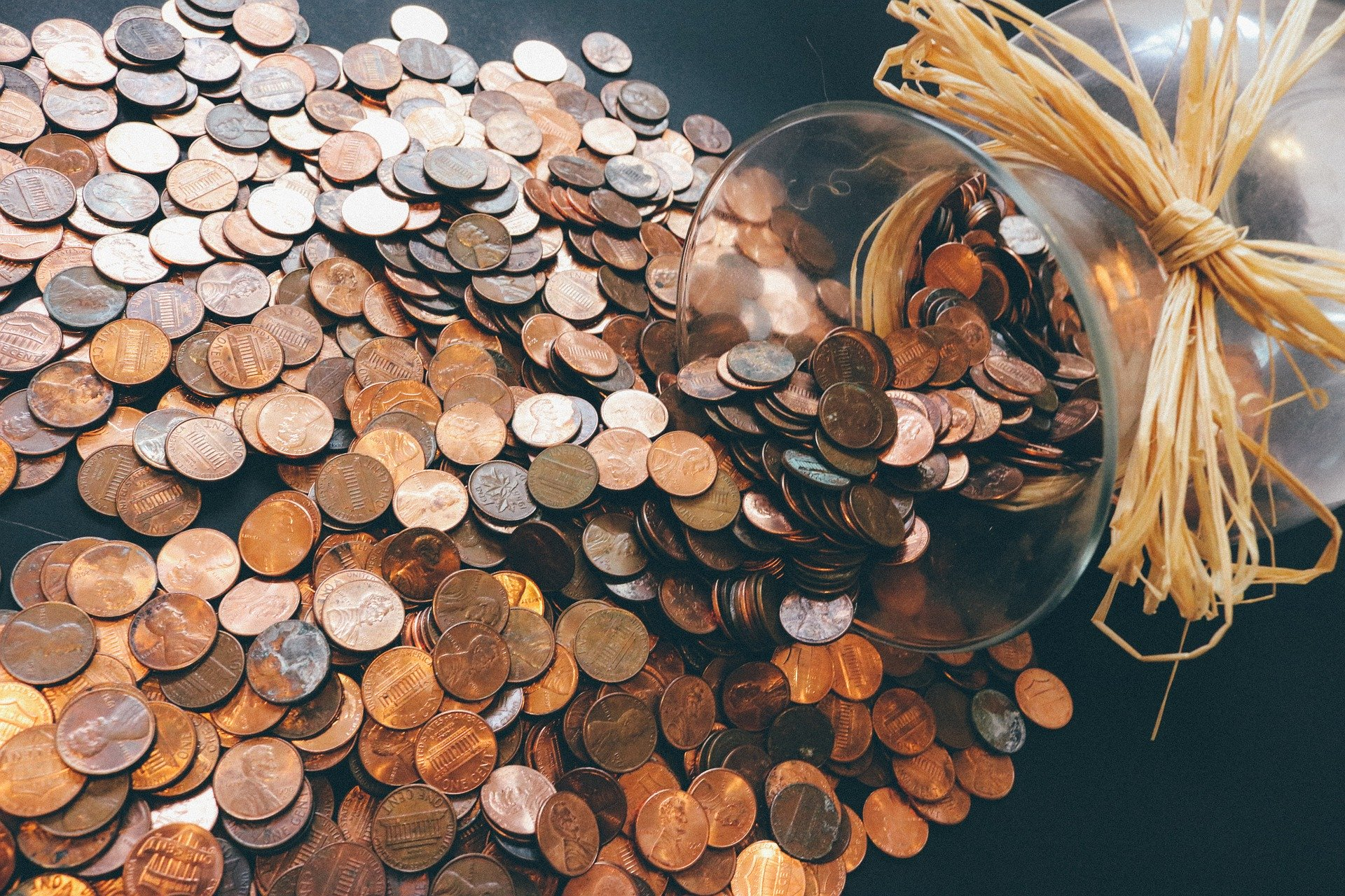 væltet glas med mønter