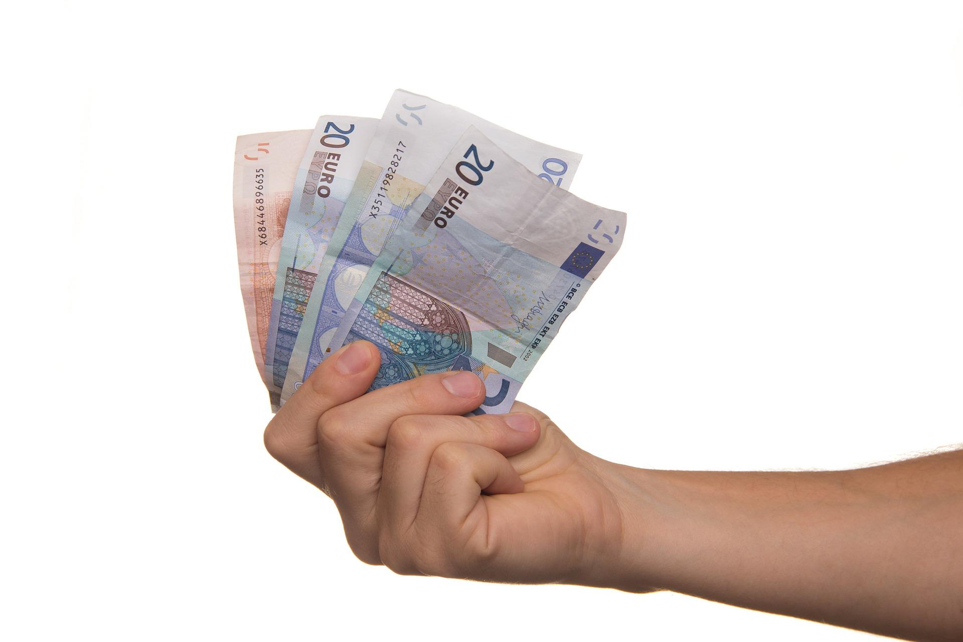 pengesedler i hånden