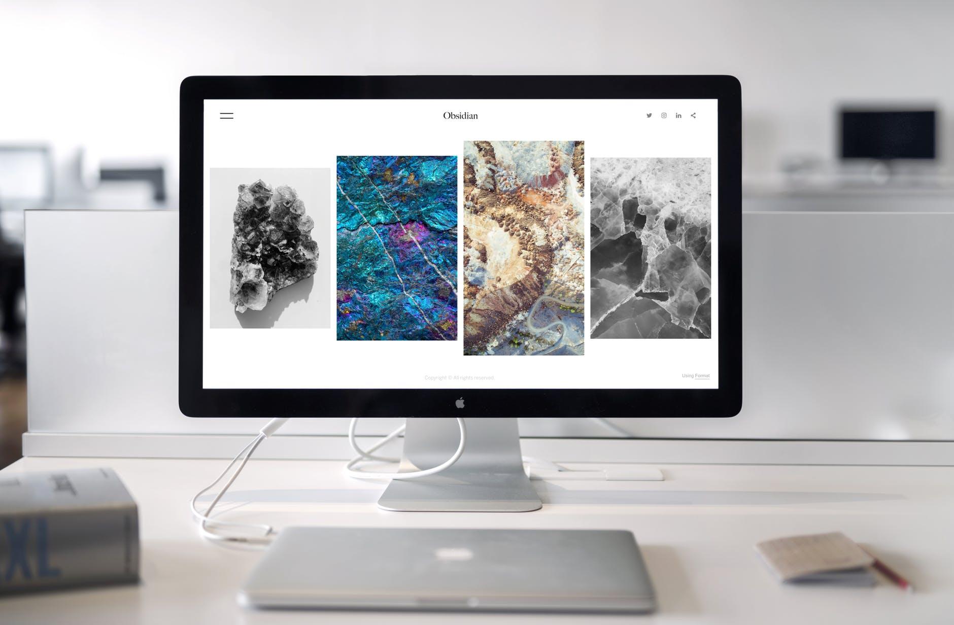 Laptop og monitor