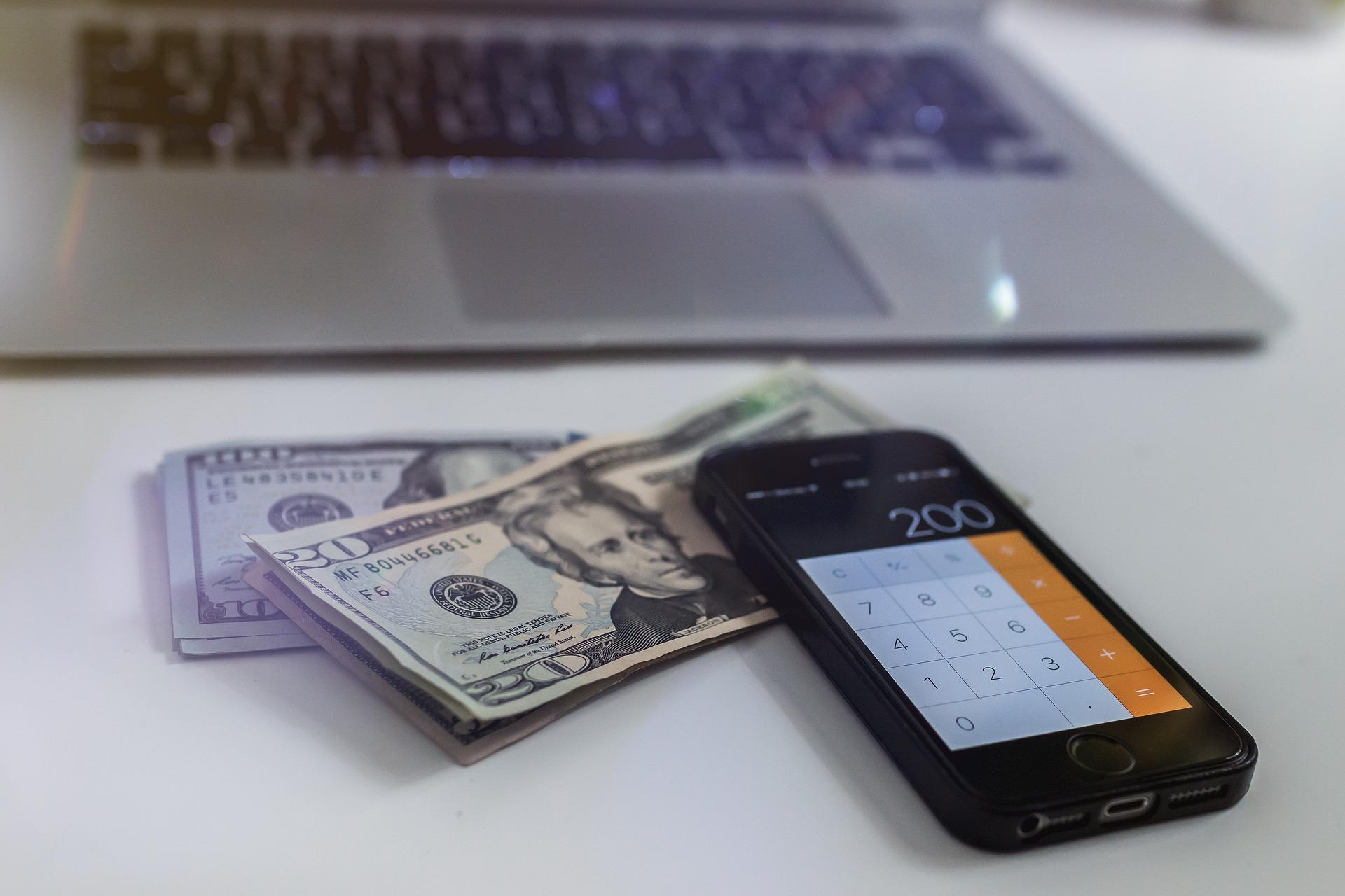 Computer, penge og lommeregner