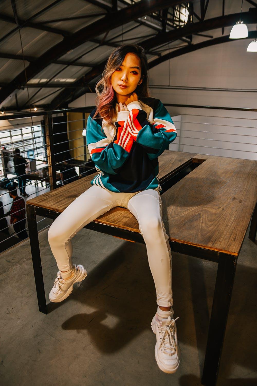 Asiatisk kvinde i sportstøj