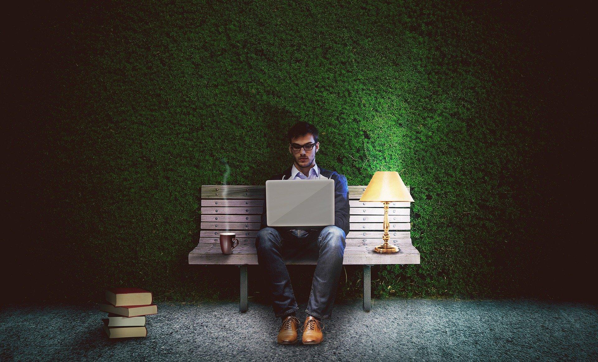 Nyklippet hæk og computerarbejde