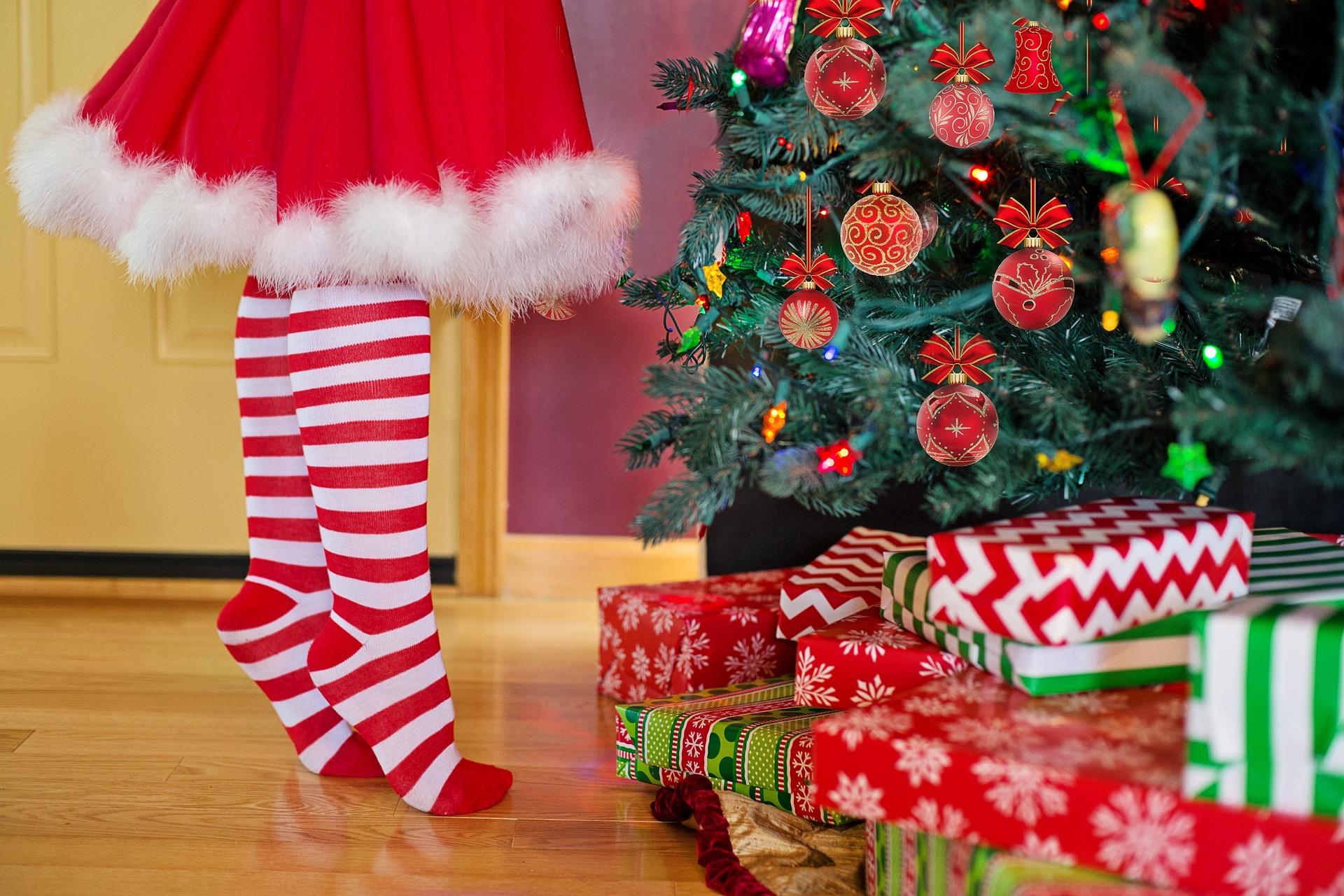 Gaver ved juletræ