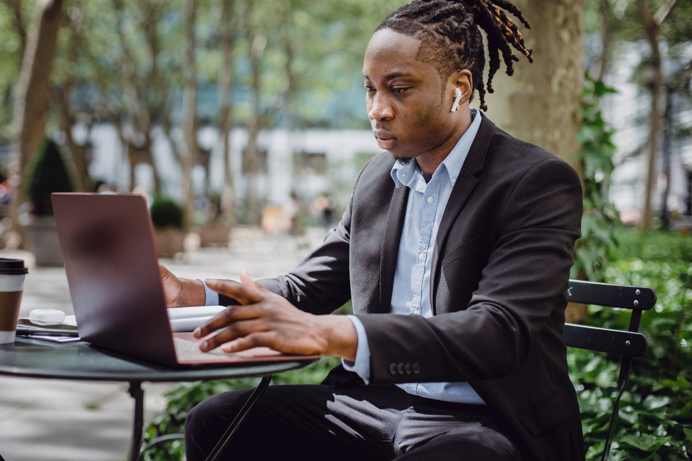 Mand med computer på cafe