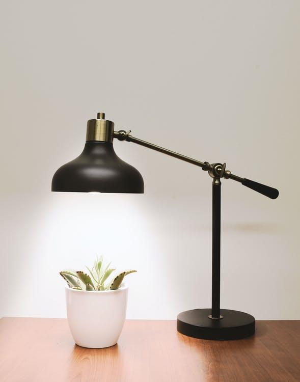 sort og guld lampe