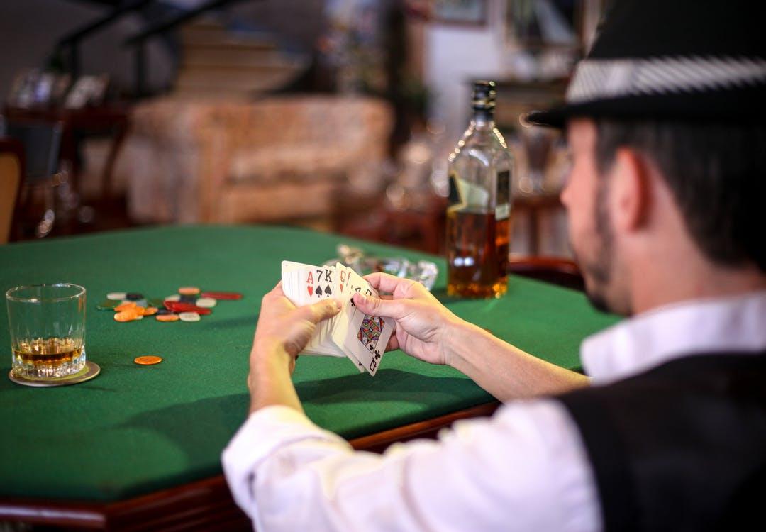 Mand holder kortspil